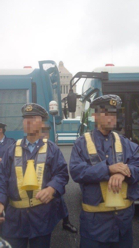 警備車両と2人の警察官