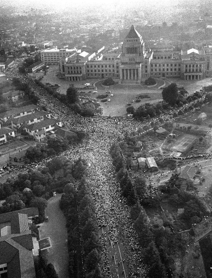 60年安保の国会をとりまくデモ隊