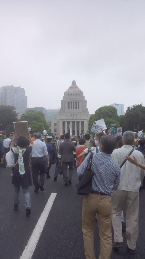 国会前の車道に広がる人々