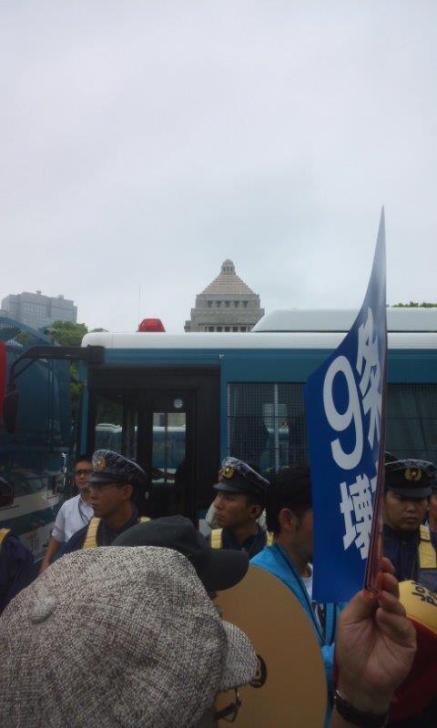 警察車両と議事堂